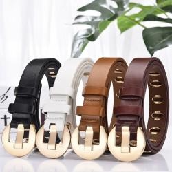 Cintura in pelle alla moda con fibbia e fori in metallo