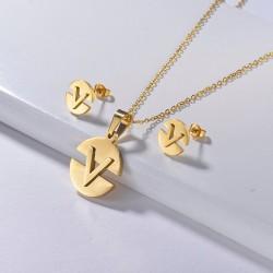 Creative V letter necklace - 18k gold