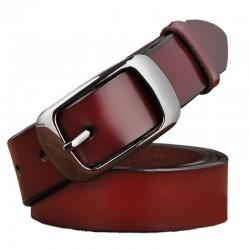 Cinturón de cuero genuino con hebilla metálica de moda.