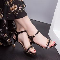 Klasyczne ćwiekowe sandały