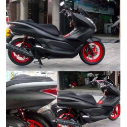 Matowa czarna winylowa motocyklowa naklejka