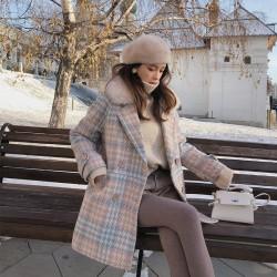 Modny płaszcz zimowy z futrzanym kołnierzem