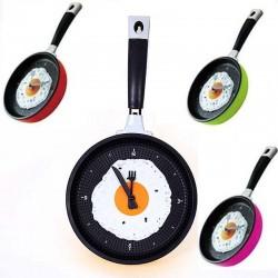 Reloj de pared de metal con forma de sartén con huevo frito