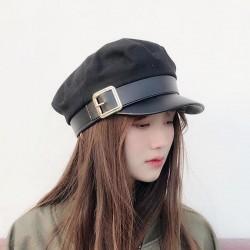 Modna czapka ze skórzanym daszkiem i paskiem